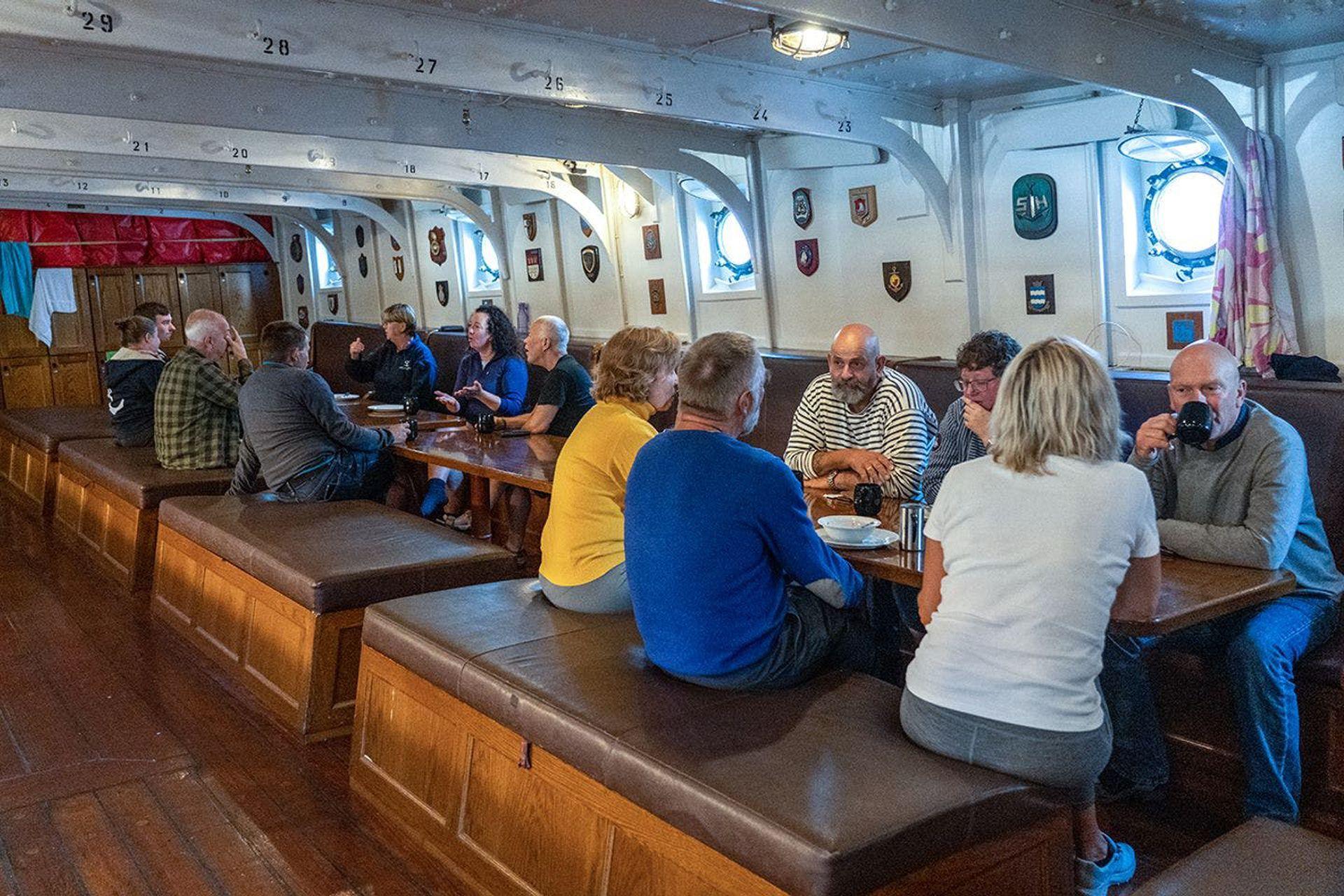Las mesas comunitarias del barco.