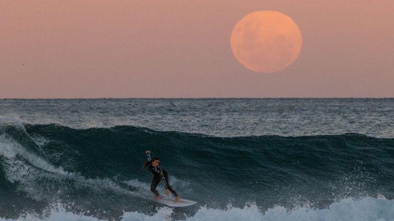 Espuma blanca, mar índigo y luna de sangre; oportunidad única para esta surfista el pasado 26 de mayo.