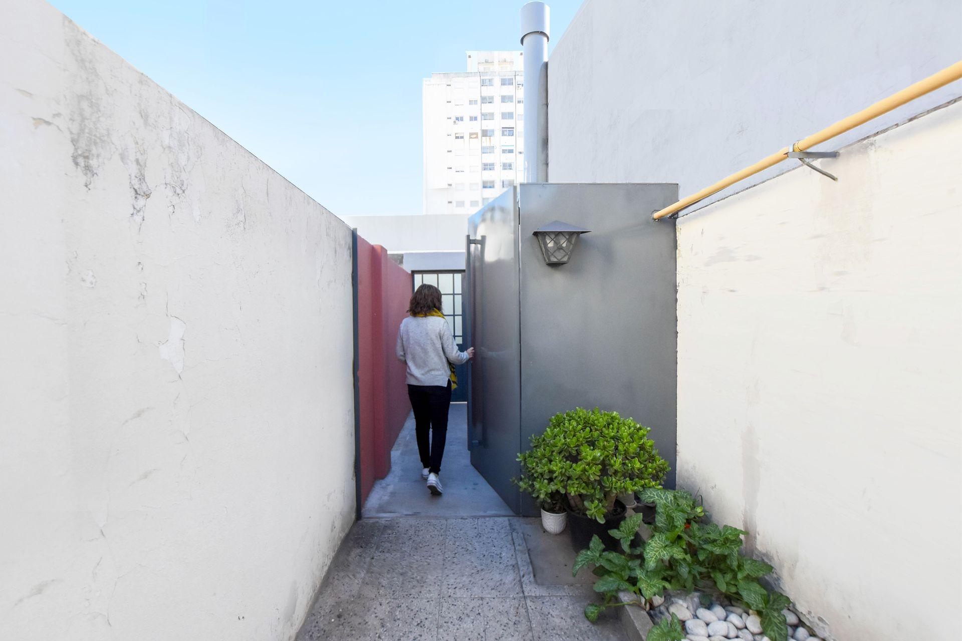 Con el mismo color que el portón de calle se pintó el del segundo ingreso, que da al patio.