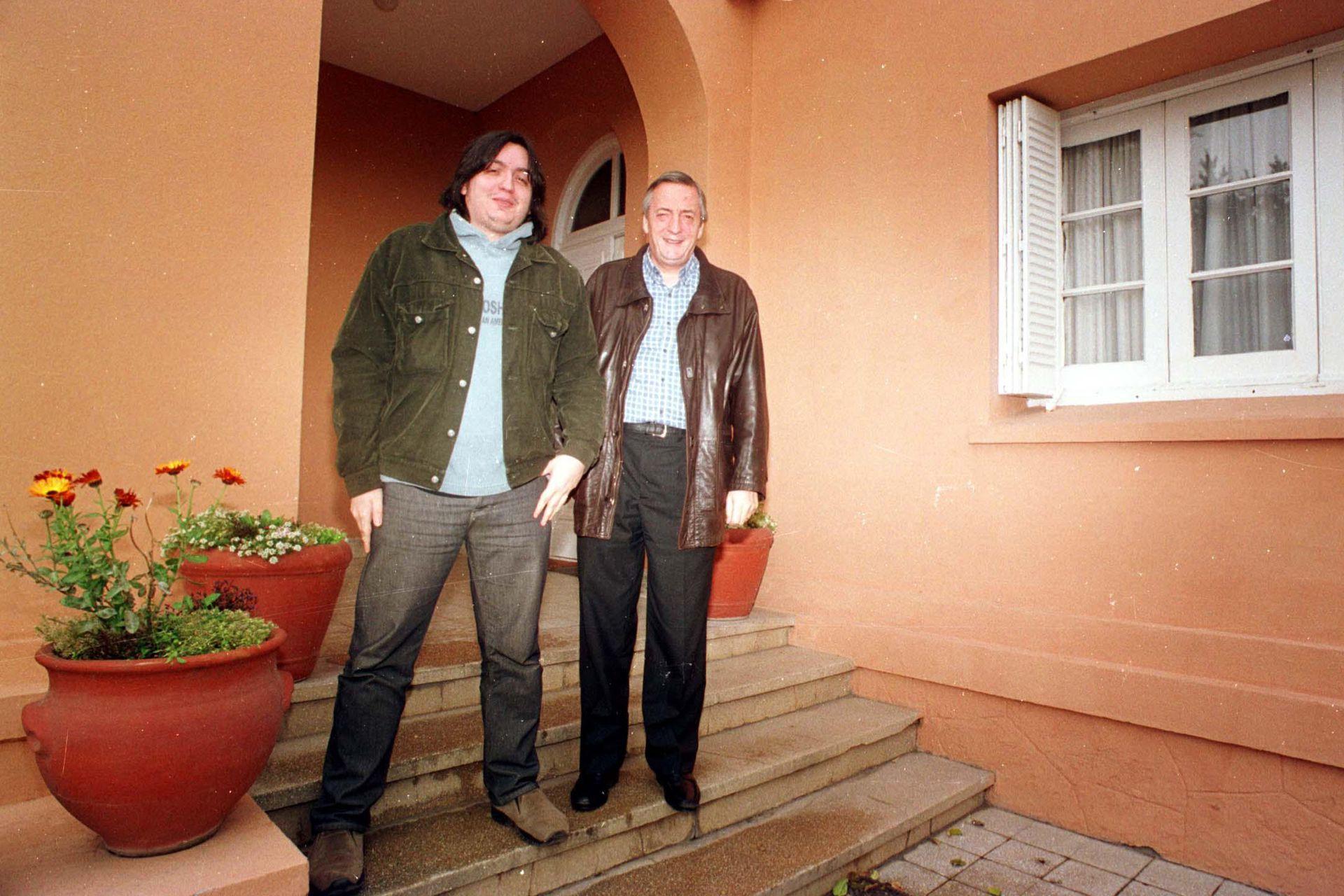 Néstor Kirchner, junto a su hijo Máximo, al regresar de un paseo por la capital santacruceña en 2003