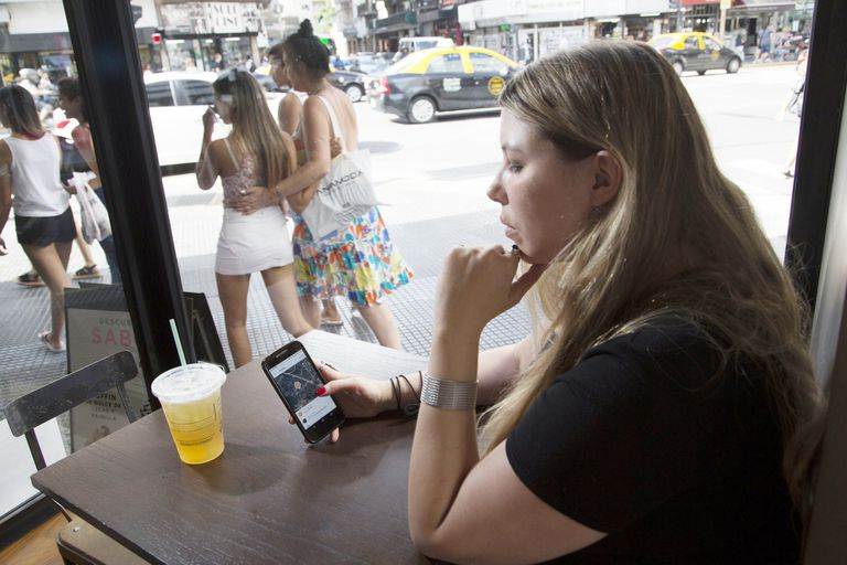Como en la serie de ciencia ficción, cada vez más adultos deciden rastrear a sus hijos a través de dispositivos tecnológicos; ¿cuál es el límite del cuidado excesivo?