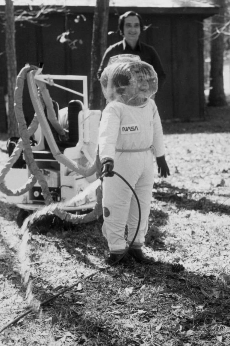A los seis años, gracias a un traje elaborado en la NASA, el pequeño pudo abandonar la burbuja y conocer algo del mundo exterior
