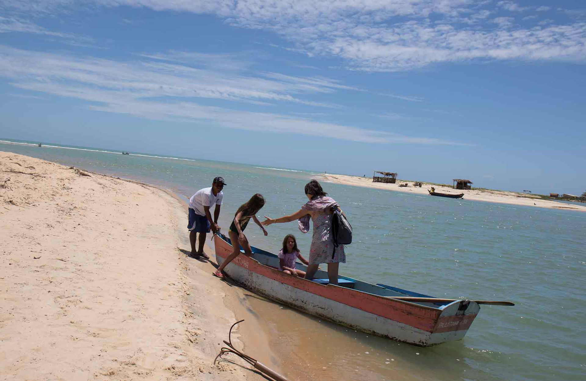 Para llegar a Corumbau hay que combinar buggy y cruce del río en canoa.