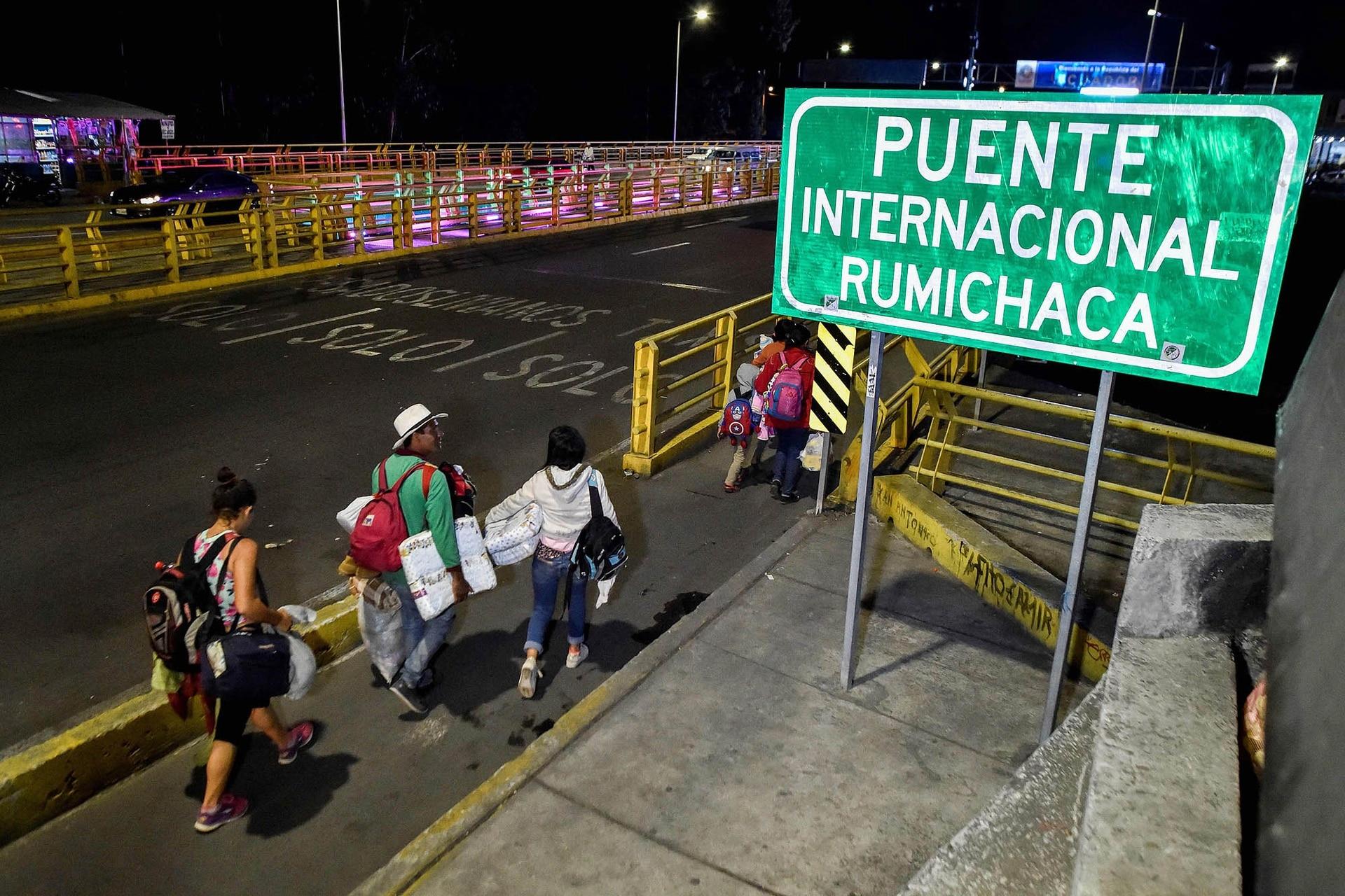 Los venezolanos se van del país caminando