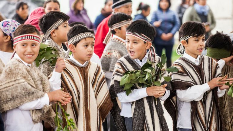 Una hipótesis sostiene que 'che' viene del mapuche.