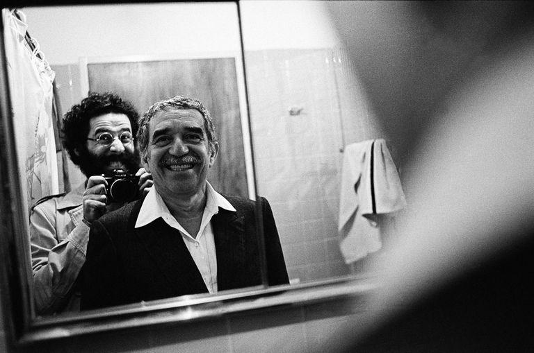 Sonrisas generosas y complicidad frente al espejo, con Gabo