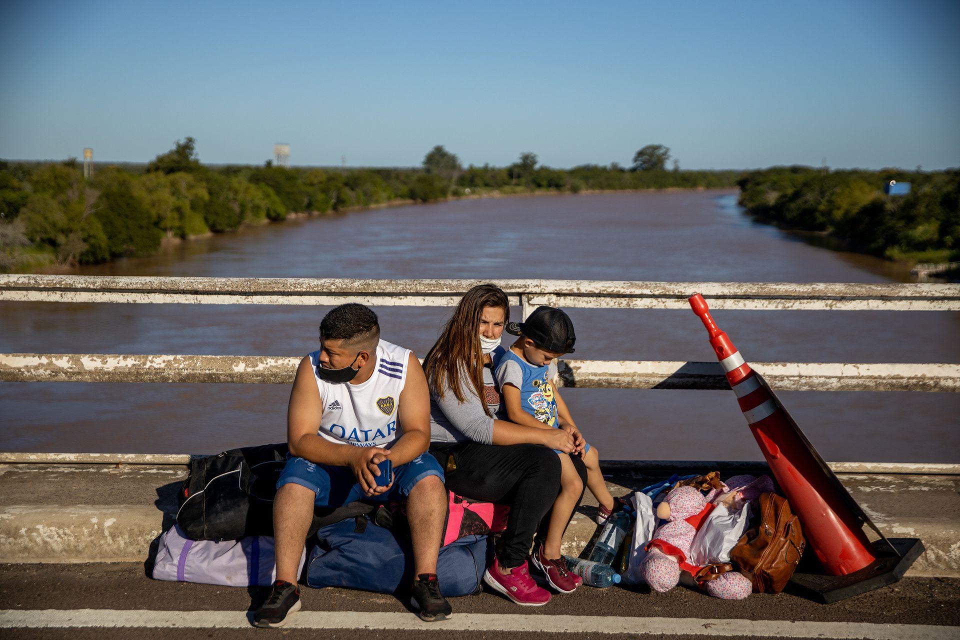 Matías Mixael Monje y Silvana Centurión, junto a su hijo de cinco años; están varados en el puente a la espera del resultado de los hisopados