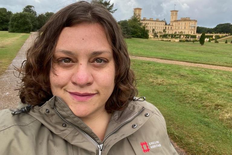 Si bien vive en Inglaterra desde hace más de seis años, Lorena decidió mudarse a una isla dos meses atrás; allí la contrataron en una antigua residencia real