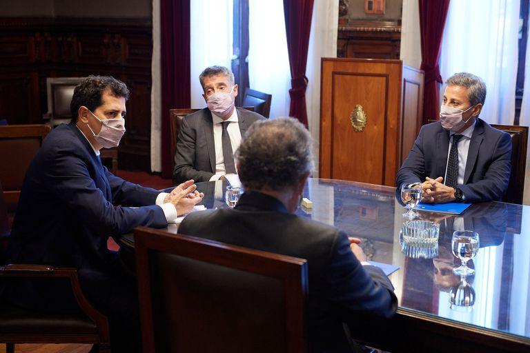 El ministro del Interior, Wado de Pedro, con los jueces Santiago Corcuera, Alberto Dalla Vía y Daniel Bejas, de la Cámara Nacional Electoral