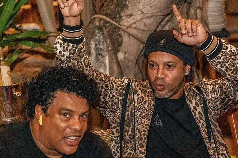 Ronaldinho y su hermano mayor Roberto, conocido como Assis