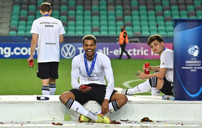 Mateo Klimowicz celebra la Euro Sub 21 lograda con Alemania junto a Lukas Nmecha, autor del 1 a 0 que sentenció el triunfo alemán en la final contra Portugal
