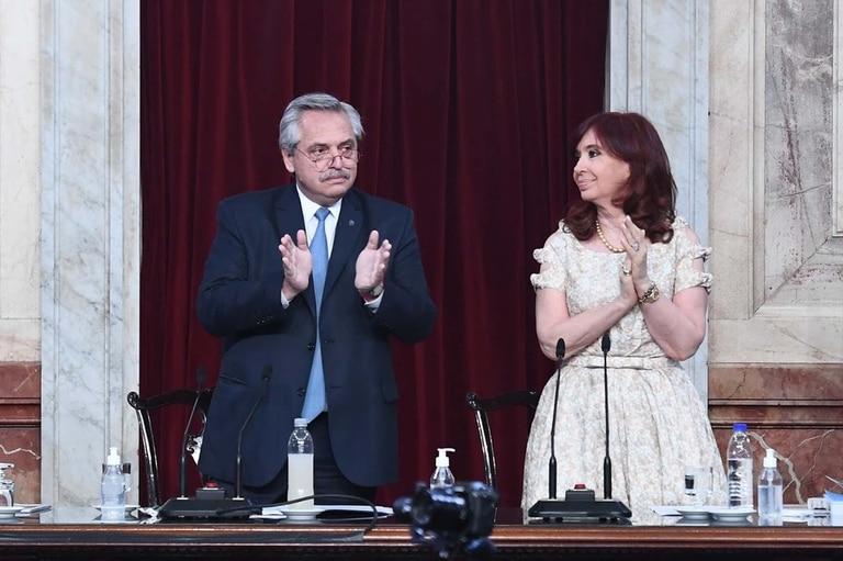 El aplauso del Presidente Alberto Fernández y de Cristina Fernández de Kirchner como reconocimiento a todo el personal de salud