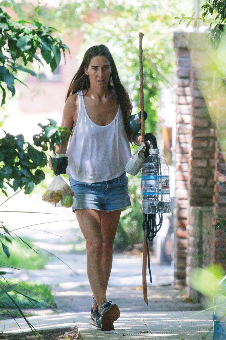Jueves 18, 12 del mediodía. Con look casual de musculosa y shorts de jean, la actriz y conductora llega junto con su novio, Agustín Goldenhorn, a su casa en el barrio de Beccar