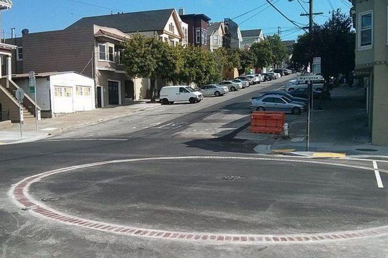 Los círculos de cisternas sirven para que los bomberos de San Francisco puedan rápidamente identifica a las gigantescas cisternas subterráneas que empezaron a instalarse por toda la ciudad luego del gran incendio de 1906