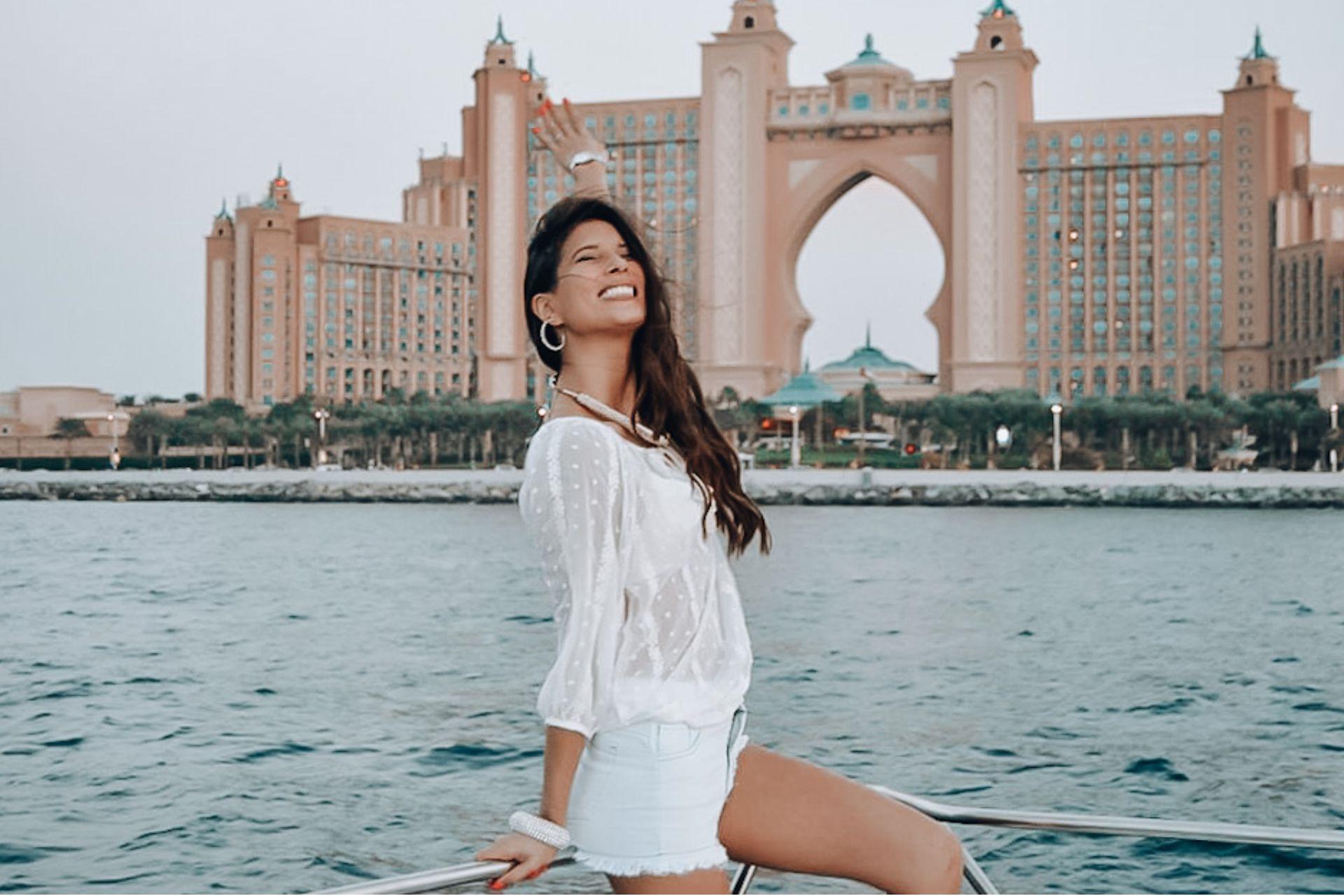Débora frente al Atlantis Hotel en Dubái.