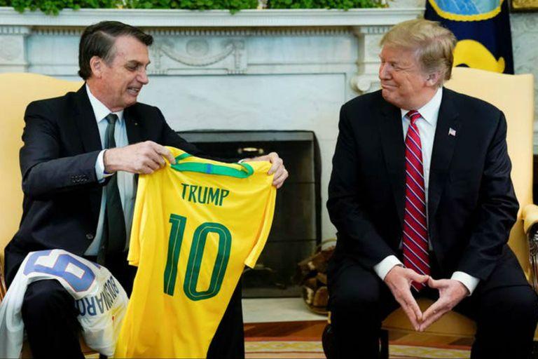 Bolsonaro se reunió con Trump, en marzo pasado, en la Casa Blanca, e intercambiaron camisetas de fútbol