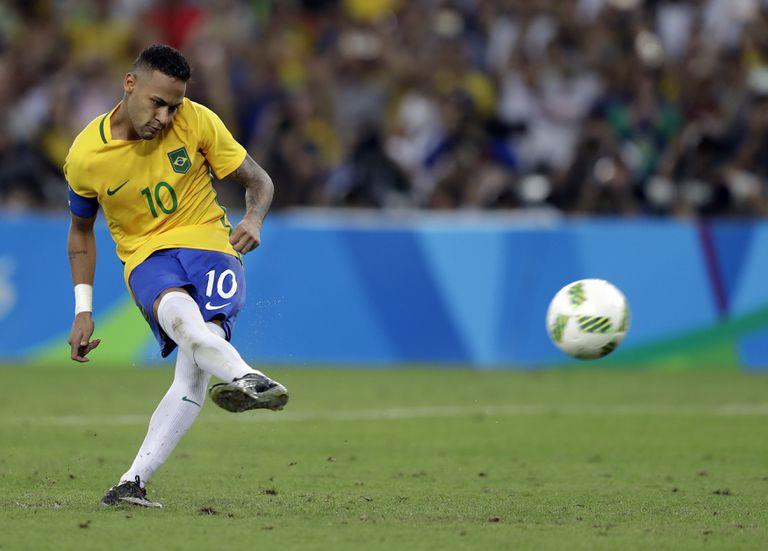 ARCHIVO - En esta foto del 20 de agosto de 2016, Neymar anota el penal decisivo en la final del fútbol masculino de los Juegos Olímpicos de Río entre Brasil y Alemania. (AP Foto/Andre Penner, archivo)