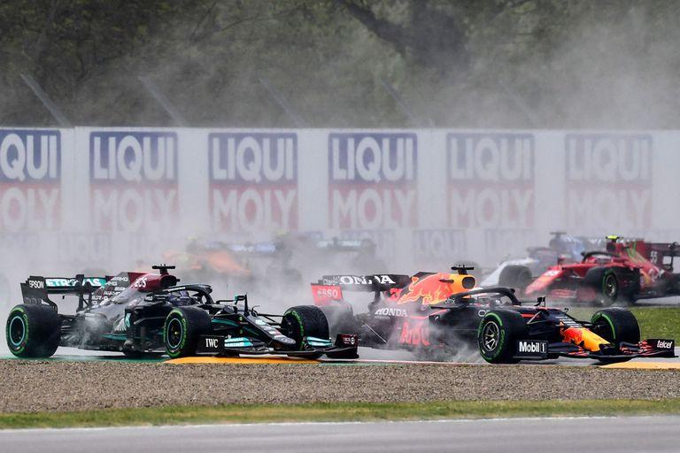 Momento clave de la carrera: primera vuelta y Hamilton rompe el frente de su auto en el pianito; Max Verstappen toma la delantera