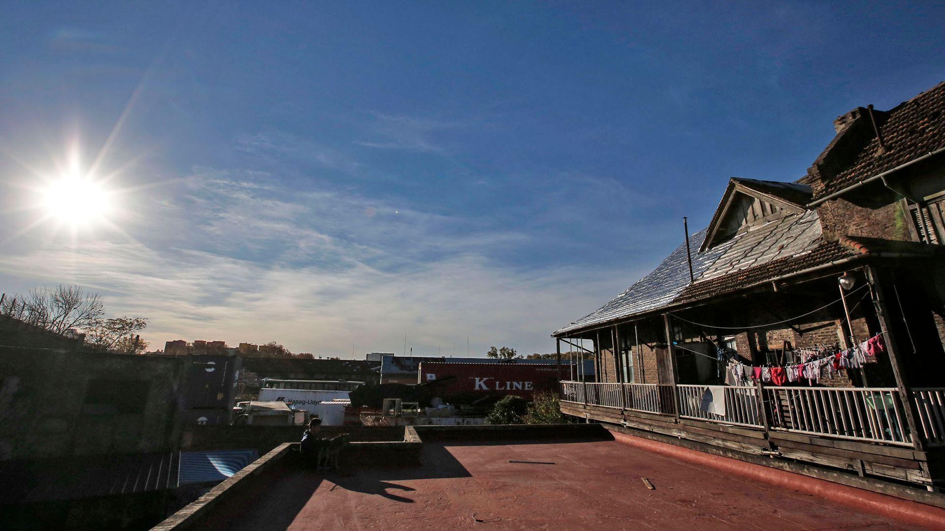 El lugar le debe su nombre a la antigua estación de cargas lindante, Estación Sola, ahora perteneciente al Ferrocarril Roca