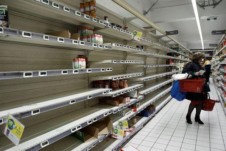 Las góndolas de los supermercados vacías; una imagen cada vez más común en los puntos de abastecimiento de París
