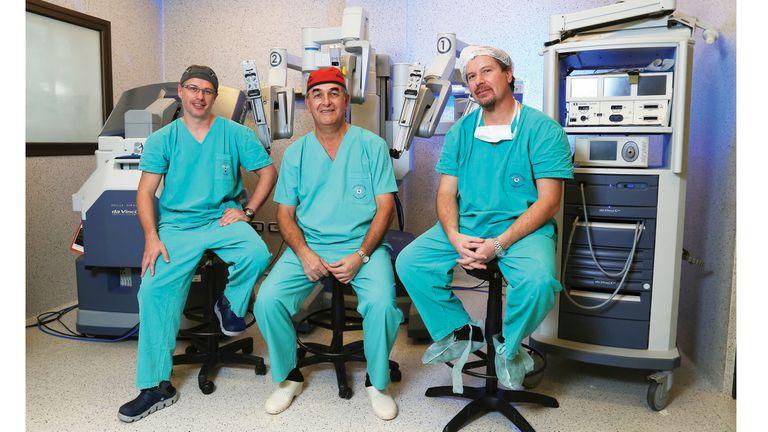 De izq. a der. los cirujanos David Rywaka, Juan José Carmona y  Néstor Tappari, al finalizar la intervención