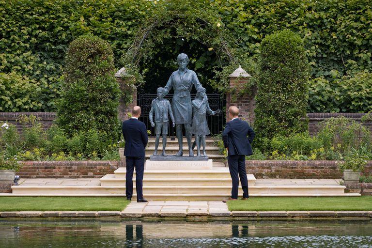 En el día en que la princesa Diana de Gales hubiera cumplido 60 años sus hijos descubrieron juntos la nueva estatua creada en su honor