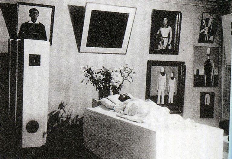 Rodado de sus obras y el cuadrado negro, su cadáver. 1935