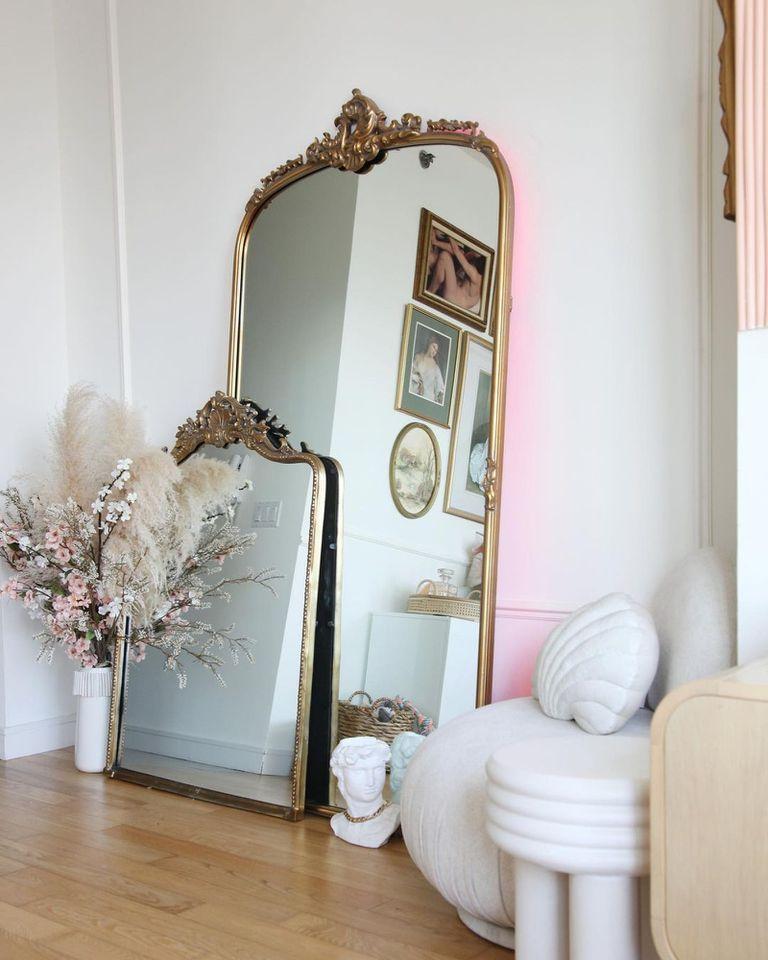 Un espejo, al que le agregó luces LED detrás, puede ayudar a agrandar el espacio al reflejar parte del ambiente
