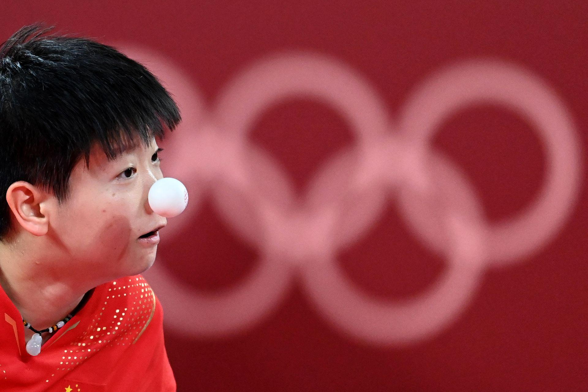 SUN China Sun Yingsha compite durante la semifinal de tenis de mesa de su equipo femenino