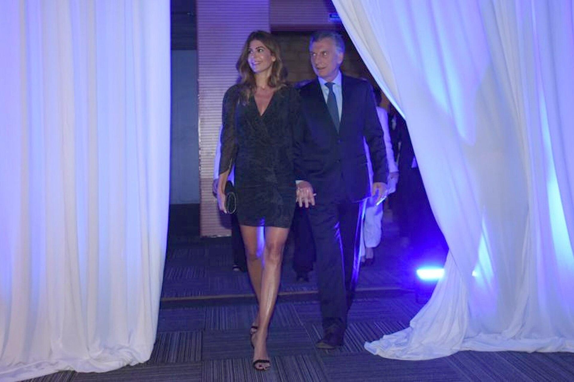 La entrada de Juliana Awada y Mauricio Macri al auditorio del Centro de Convenciones de Buenos Aires
