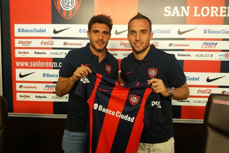 Cerutti y Belluschi posan con su nueva camiseta