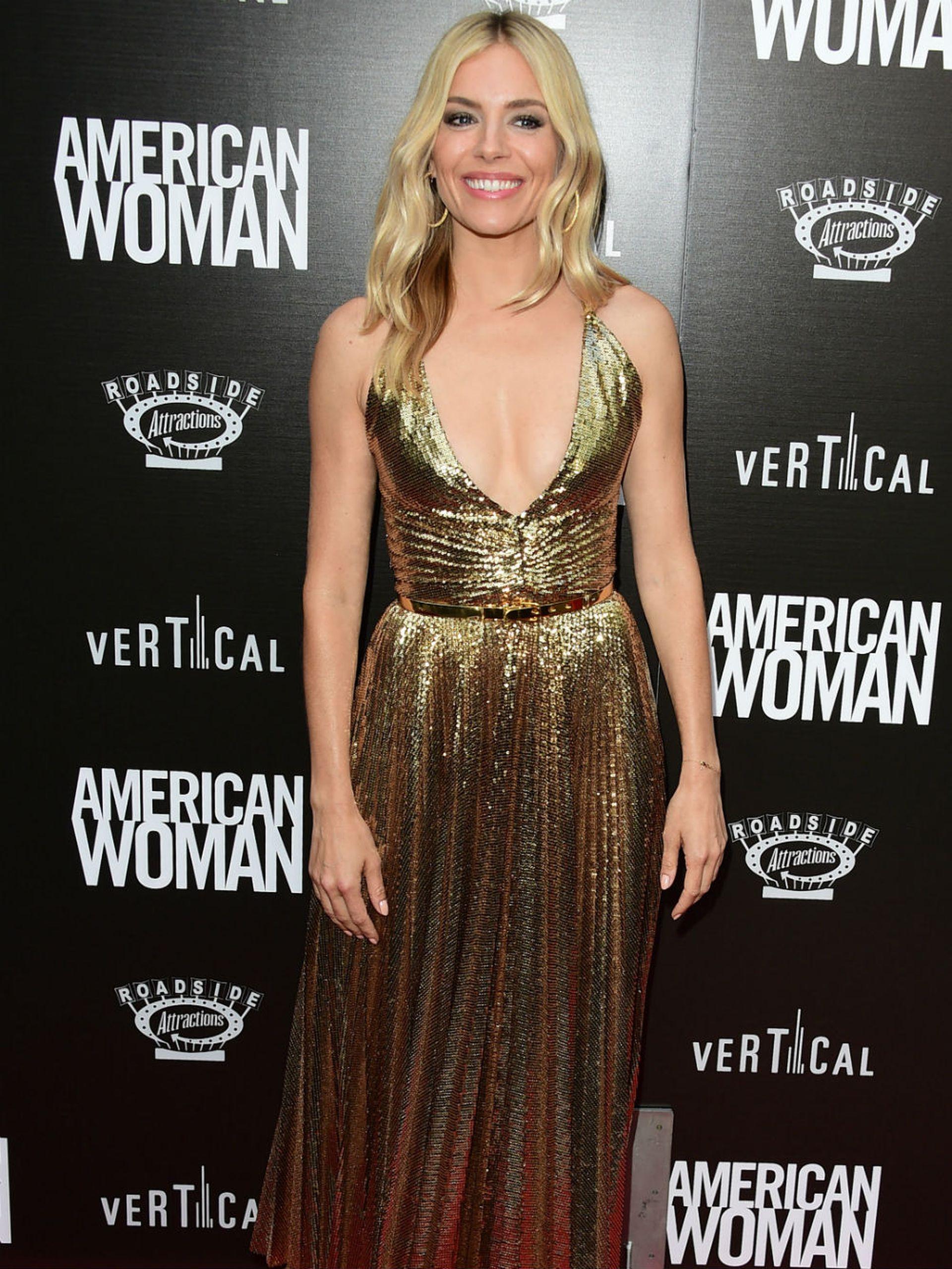 Sienna Miller, radiante de dorado en la presentación del drama que comanda, American Woman