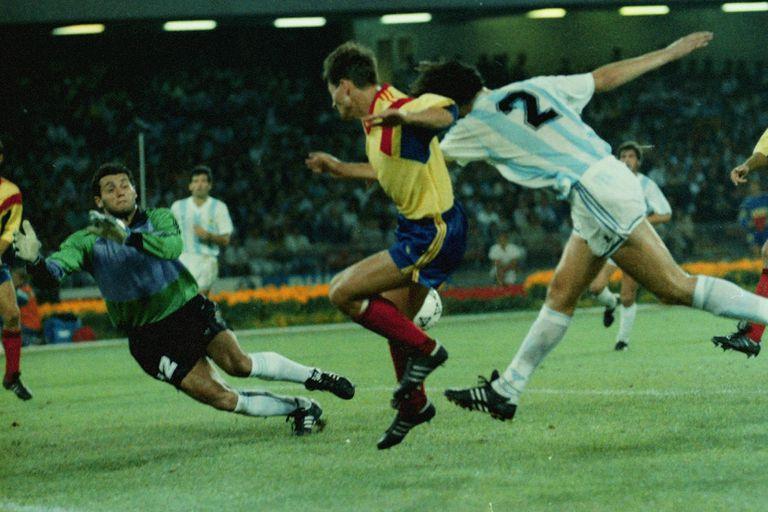 Después de su debut ante la Unión Soviética por la lesión de Pumpido, Goycochea arrancó de titular contra Rumania, en la tercera fecha