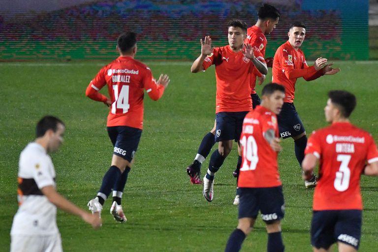 Los jugadores de Independiente saludan a Roa, autor del gol del 1-1