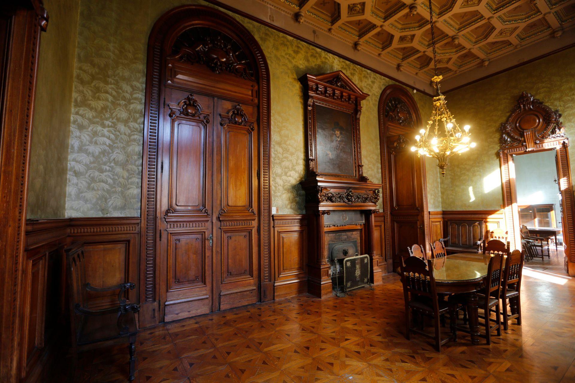 Sala de reuniones, contigua al escritorio de Borges. Se conserva en su estado original, con su chimenea y su empapelado de 1930