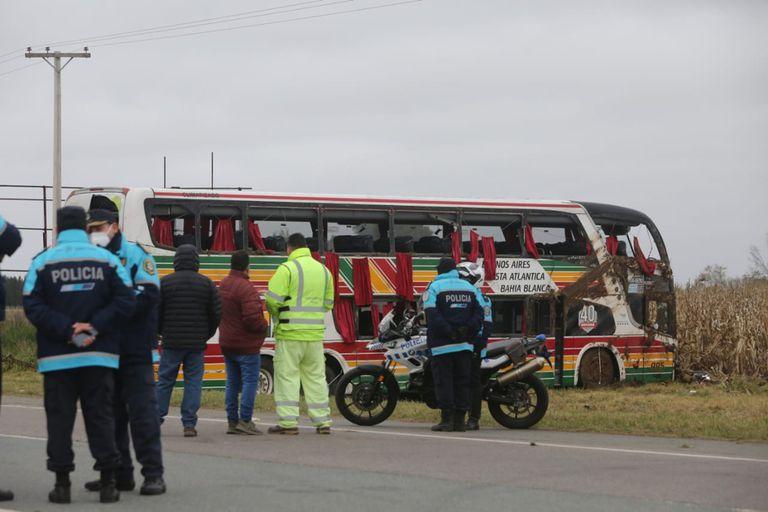 Bomberos y rescatistas trabajan en el lugar del accidente