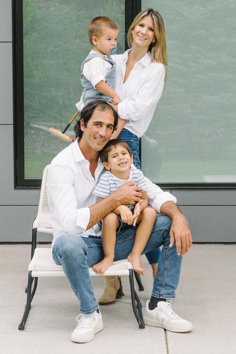 Posa en familia, con su marido y sus dos hijos, Facundo y Lorenzo. Rosario y Alejandro se casaron en diciembre de 2016 y cuando ella contó su historia de amor en Instagram, se volvió viral.