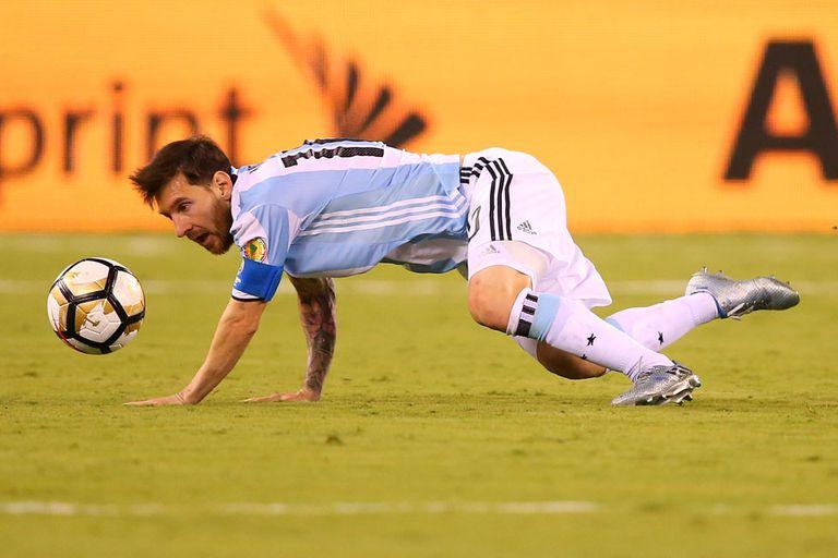 Messi cae durante la final frente a Chile