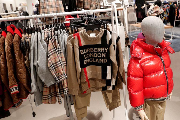 De las 64 tiendas de Burberry en China, 24 permanecen cerradas