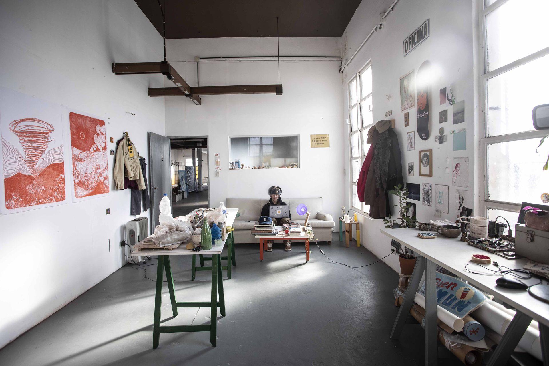 Emmanuel Alfonso, ceramista y diseñador grafico, en su taller de Deofi Estudio