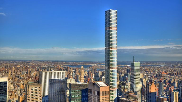 El departamento se ubica en el piso 96 del edificio, tiene 6 habitaciones y artículos de lujo