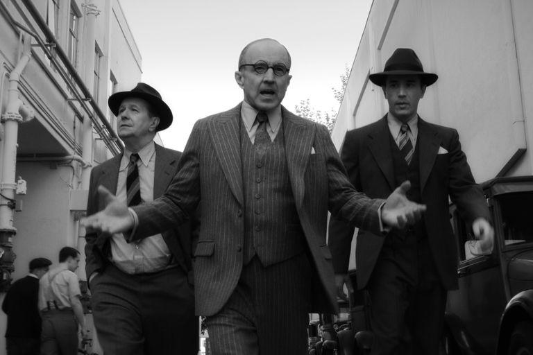 Arliss Howard como Louis B. Mayer en Mank: en la realidad, el jefe de MGM ofreció a RKO, el estudio que produjo El ciudadano, comprar junto al resto de las majors de Hollywood los negativos de la película por 800.000 y destruirlos. Por suerte para el cine, no fue aceptada la propuesta