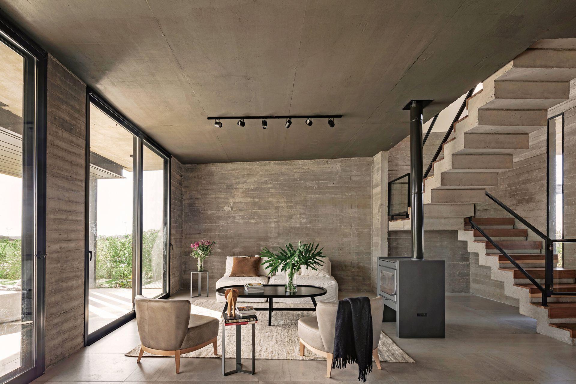 Calefactor (Tromen) Alfombra (Awanay). Mesas ratona y auxiliar en hierro laqueado y sillones individuales y sofá (todo, BAM! Arquitectura) con funda en tussor (Casa Almacén).