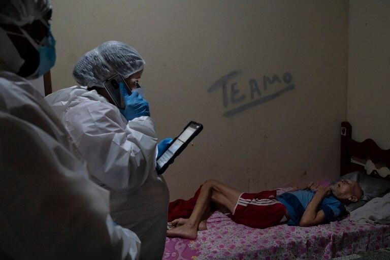 Servicios de emergencia, con un paciente con coronavirus en Duque de Caxias, Río de Janeiro