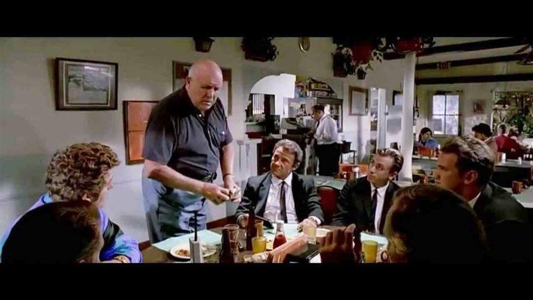 El momento en que se cierra la discusión sobre la propina, uno de los más celebrados tramos de Perros de la calle (Reservoir Dogs)
