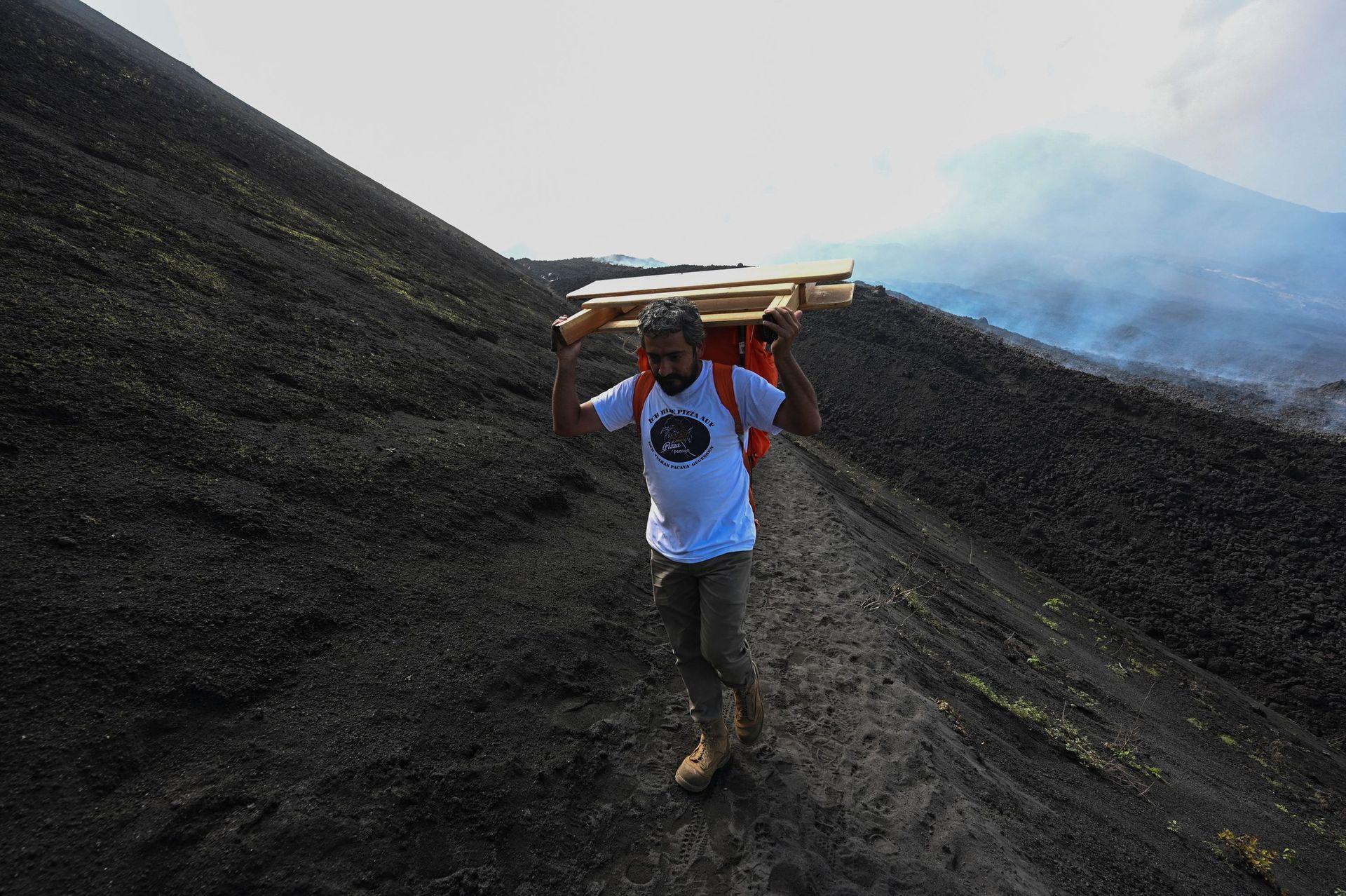 Una vez terminada la jornada laboral, David García pliega su improvisada cocina y emprende el descenso del volcán