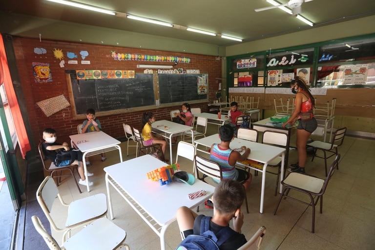 Clases de verano en la Escuela Primaria Común N° 04 Cnel. Isidoro Suárez, en el barrio de Monserrat