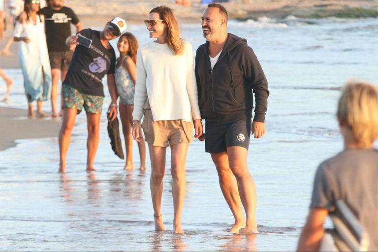 Lara Bernasconi junto al relacionista público Charly Ronco, en la playa Mansa de José Ignacio