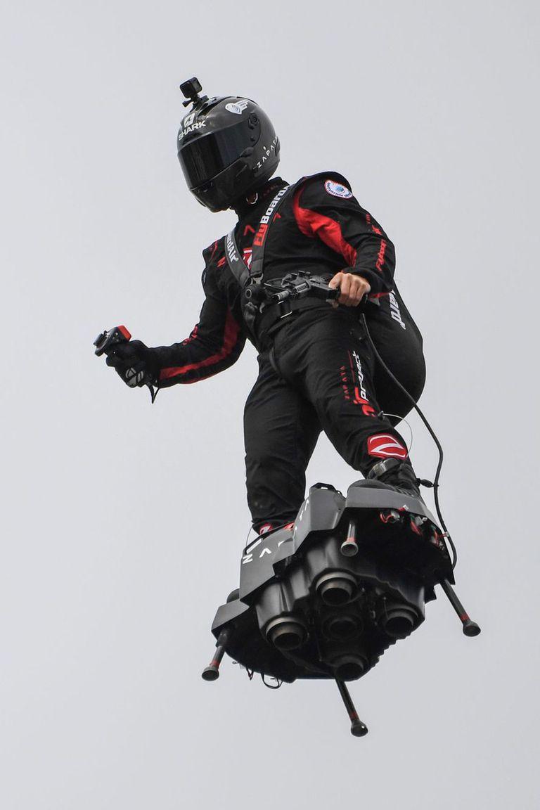 El jetpack Flyboard Air tiene cuatro turbinas; el vuelo se controla con un mando (que el piloto tiene en este caso en la mano derecha) y lleva el combustible en una mochila