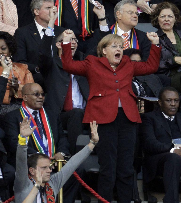 Merkel celebra junto al presidente sudafricano, Jacob Zuma, después de que el alemán Thomas Mueller anotara un gol durante el partido de cuartos de final de la Copa del Mundo entre la Argentina y Alemania en el estadio Green Point en Ciudad del Cabo, Sudáfrica, el 3 de julio de 2010